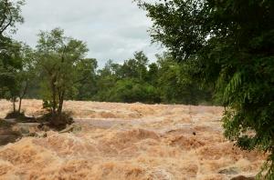Cascada en los alrededores de Si Phan Don